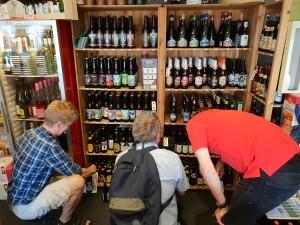 Andreas, Einar og Arne fant en ølbutikk.